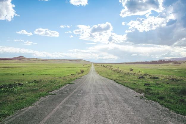 Красивая дорога с зеленой травой