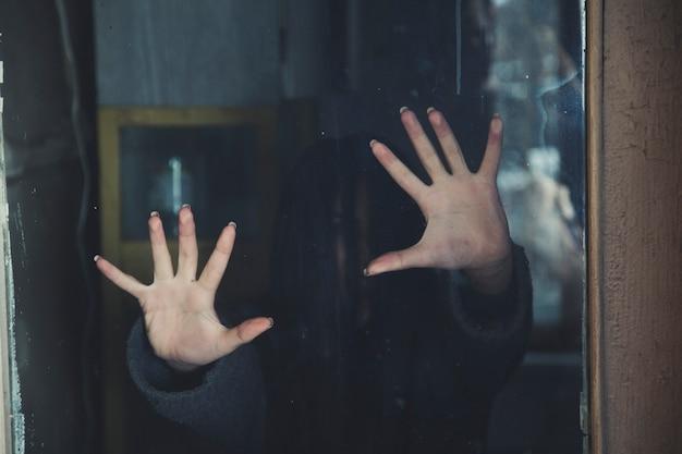Рассеянный силуэт женщины сквозь матовое стекло