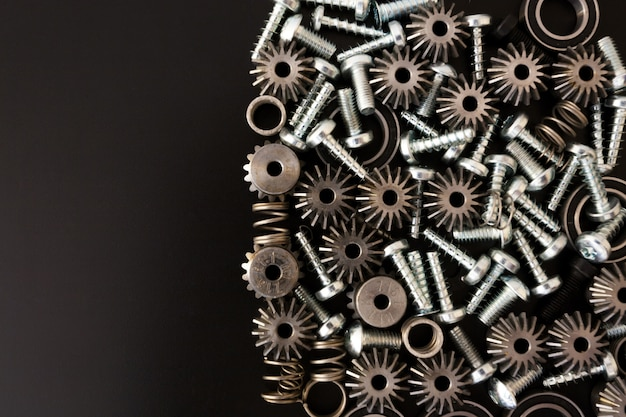 Механические компоненты на черном фоне. промышленные объекты