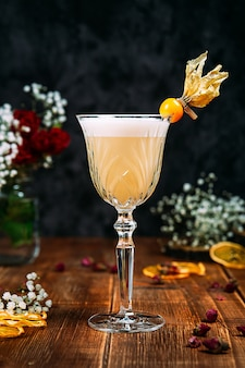 Вид сбоку на аппетитный кисло-сладкий коктейль