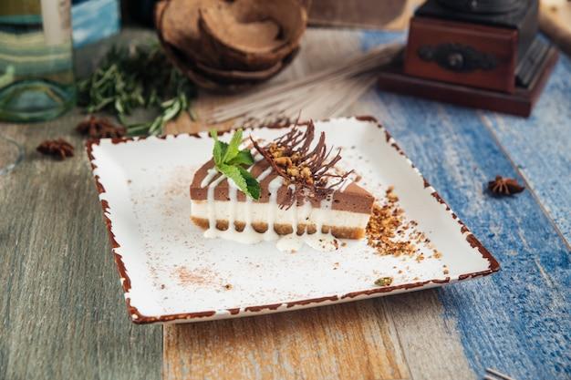 Шоколадный чизкейк с арахисовым маслом, мятой, фундуком