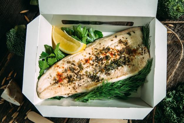 Здоровый органический обед филе белой рыбы с лимоном