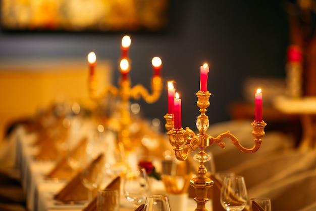 燭台の暖かい光で宴会テーブルを提供