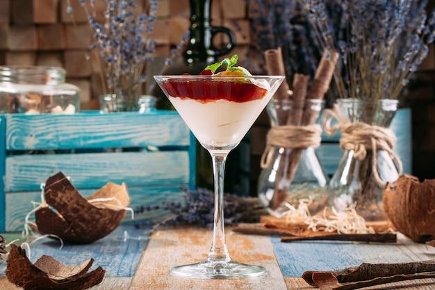 甘いチェリージャムデザートとクリームマティーニグラス