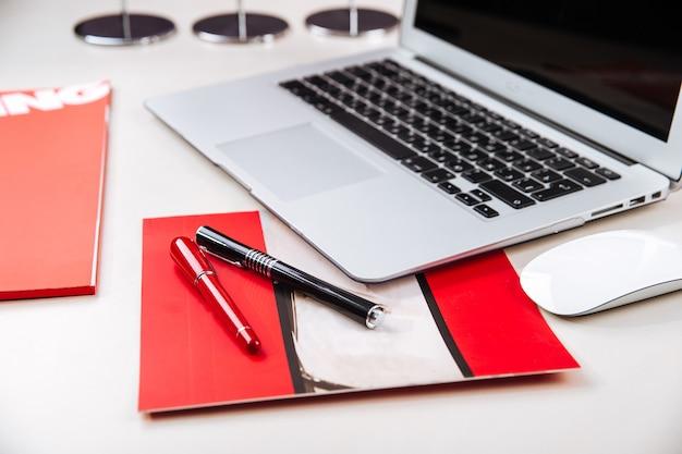 Рабочее место в офисе с ноутбуком на столе