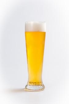 垂直の泡のグラスで冷たい新鮮なビール