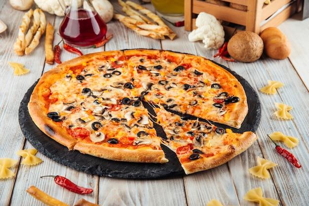 カプリチョーゾイタリアンスライスピザオリーブキノコ