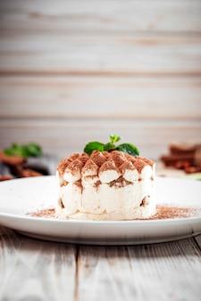 チョコレートスプリンクルとミントのスポンジケーキ