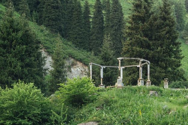 Руины редкого старого павильона посреди природы