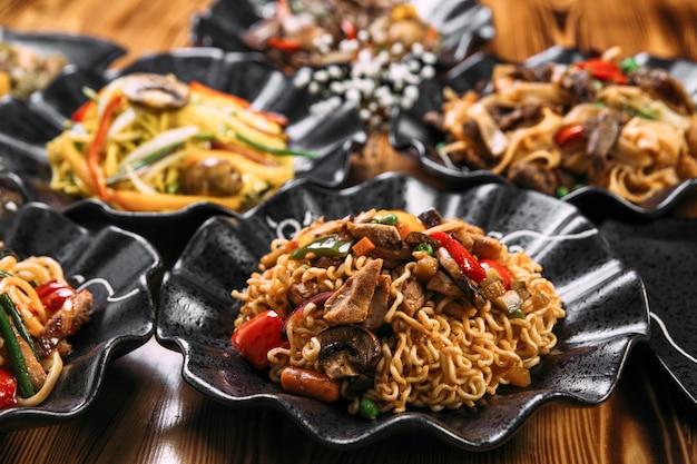 さまざまな麺料理のアジアンスタイルの中華鍋