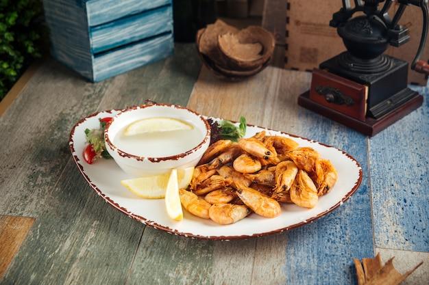 美味しい前菜と海老のレモンのロースト
