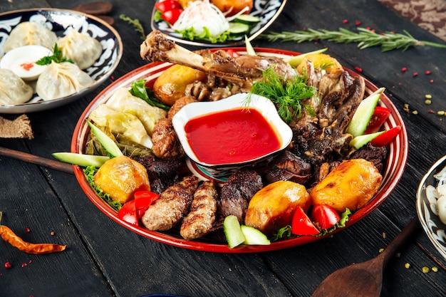 Ассорти из мяса и картофеля на традиционной тарелке