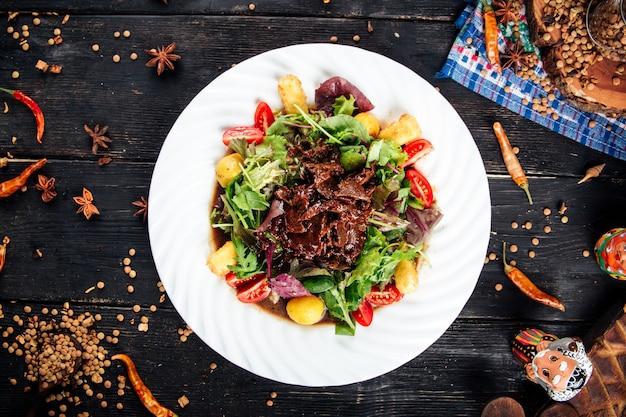 Теплый салат в имбирном соусе с говядиной и картофелем