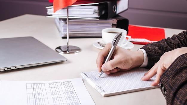 Работа в офисе мужской почерк в тетради