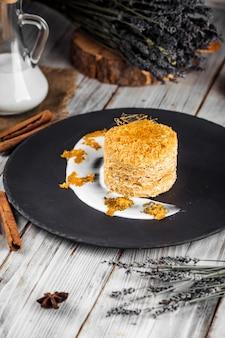 Изысканный сладкий десерт украшенный медовый торт