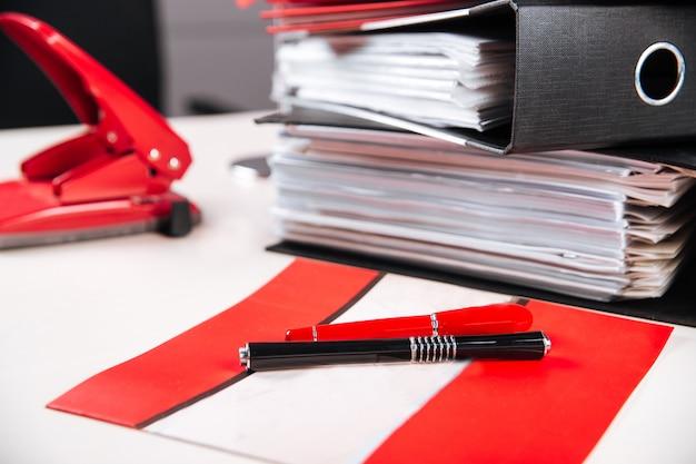Управление рабочим местом папки красного цвета таблицы