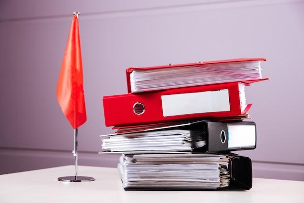 Офисный стол папок документы отчеты о работе