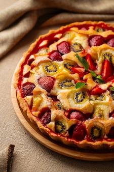 Крупным планом на сладкий аппетитный фруктовый пирог, вертикальный