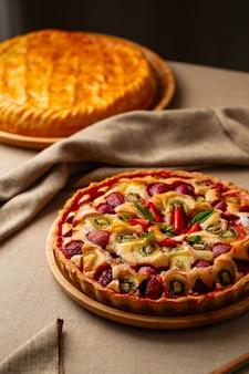 Сладкий аппетитный свежий запеченный фруктовый пирог