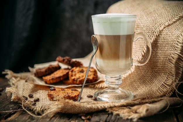 Латте маккиато с печеньем на деревянном