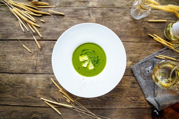 健康的なグリーンクリームスープのトップビュー