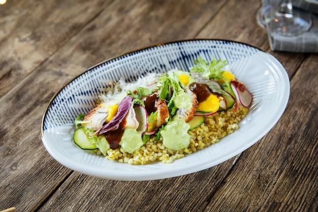Крупным планом на тушеное блюдо с угрем унаги с рисом