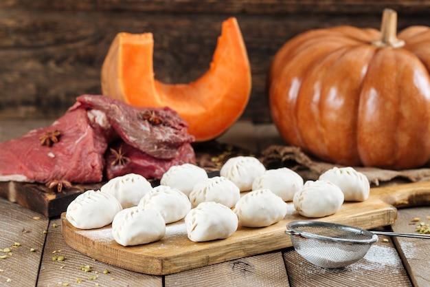 Традиционное русское блюдо из манты с мясом и тыквой