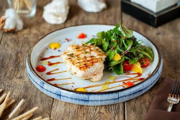 Стейк из куриной грудки на гриле с овощным салатом