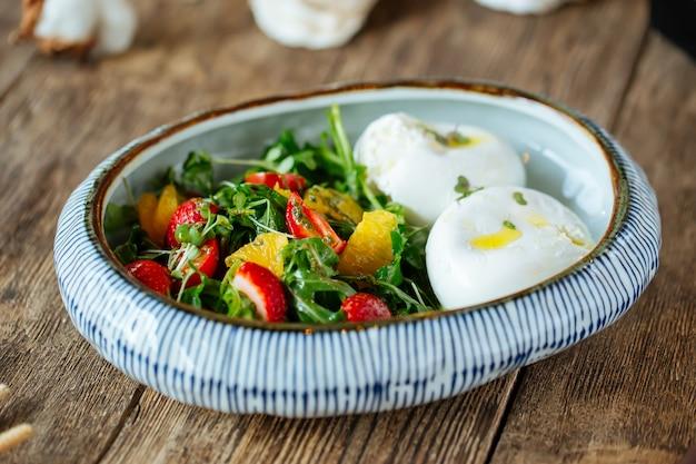 ヘルシーな朝食ポーチドエッグ新鮮な野菜