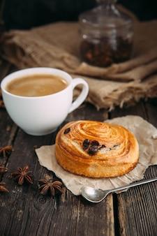 Кофе и круассан на деревянном столе
