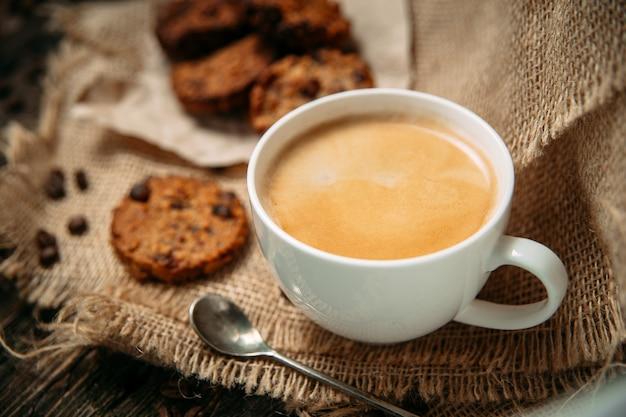 Вид сбоку кофе на деревянный стол