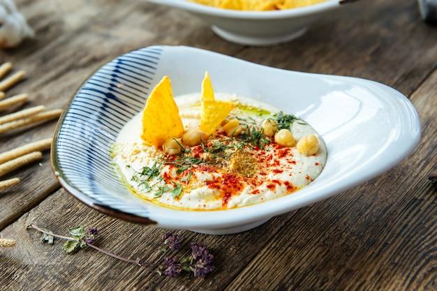 Крупным планом на закуску еврейской кухни хумус соусом
