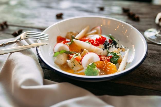 Изысканное блюдо с икрой и лососевым соусом с овощами