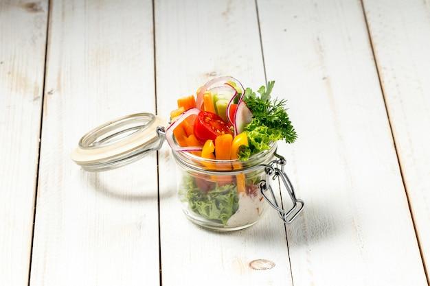 ガラスの瓶に新鮮な庭の健康野菜