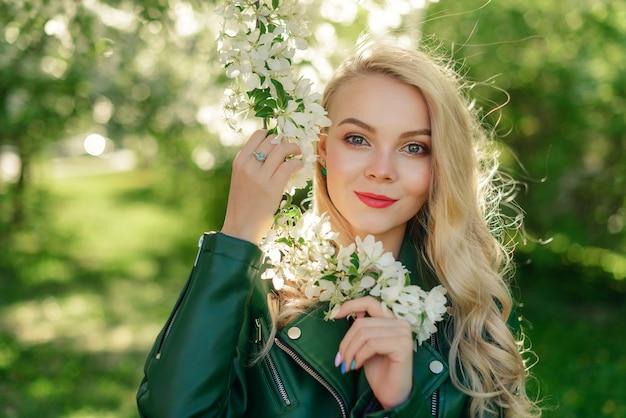 Портрет молодой девушки с цветущей яблоней