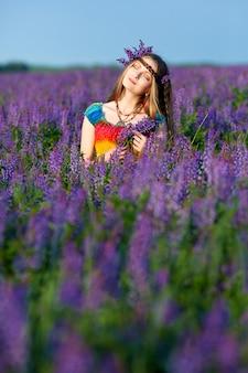 Молодая женщина в платье радуги на открытом воздухе