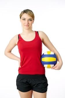 Молодой, волейболист красоты. изолированные на белом в студии, держа мяч спорт красный верх