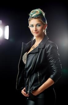 黒い革のジャケットで美しいセクシーな女性の肖像画