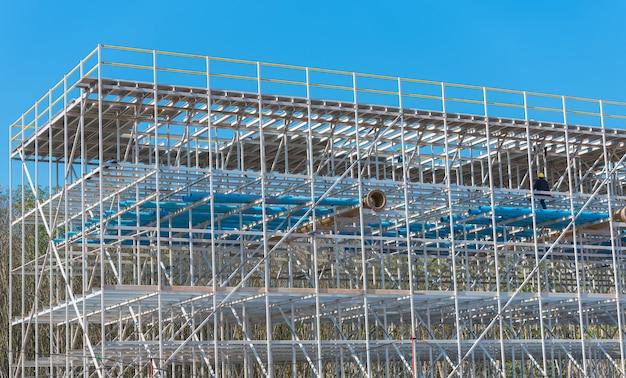 建設現場での繊維強化プラスチック製の冷却塔。