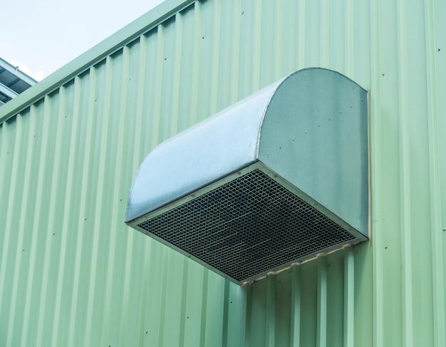建物の緑の金属板の下見張りと換気