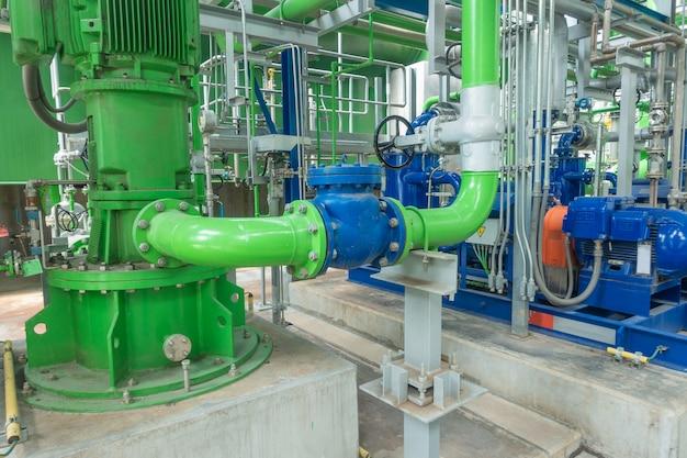 発電所の冷却塔のポンプと鋼のパイプライン