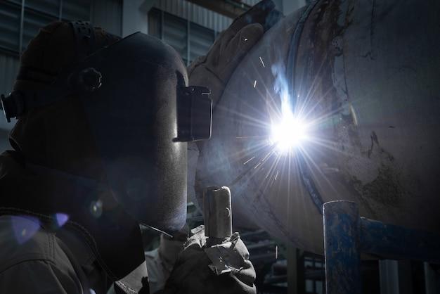 Сварщики работают на заводе изготовленного металла