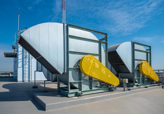 Часть машины компрессора воздуха системы кондиционера на палубе крыши с предпосылкой неба.