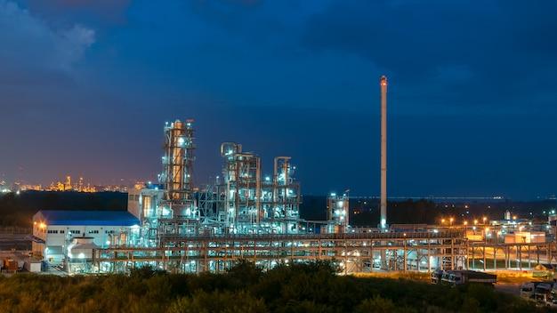 夜の石油化学プラントと石油精製プラント壁の航空写真ビュー、石油化学石油精製工場プラント、日の出と空の石油精製プラントフォーム産業ゾーンでの産業ビュー