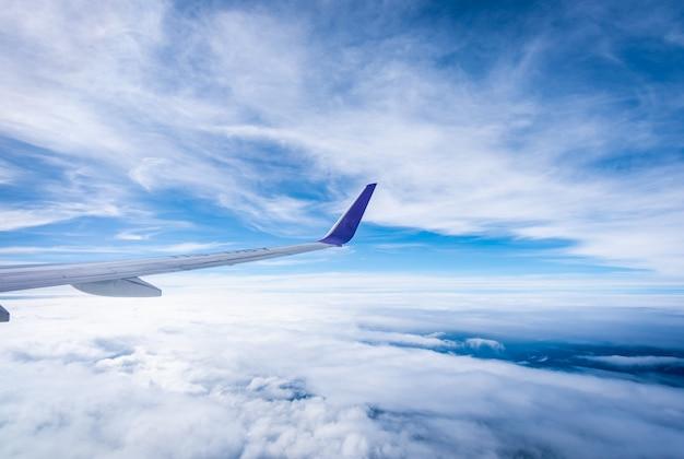 飛行機の窓から空を見る