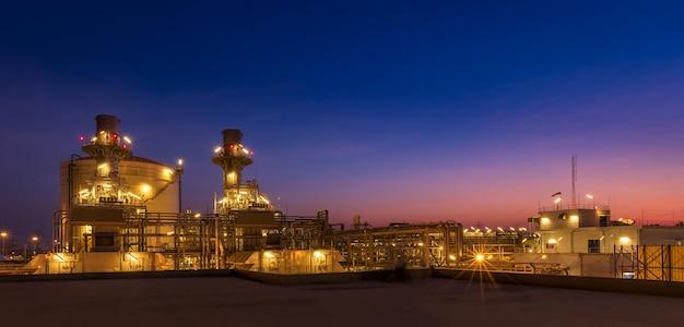 発電所、天然ガス複合サイクル、ガスタービン発電機およびスタックの夕暮れ写真
