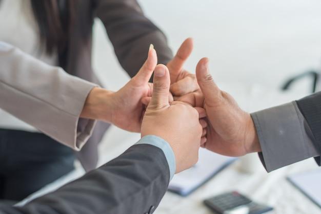 壁として使用することを親指をあきらめるポートレートビジネス人々(成功と達成の概念)