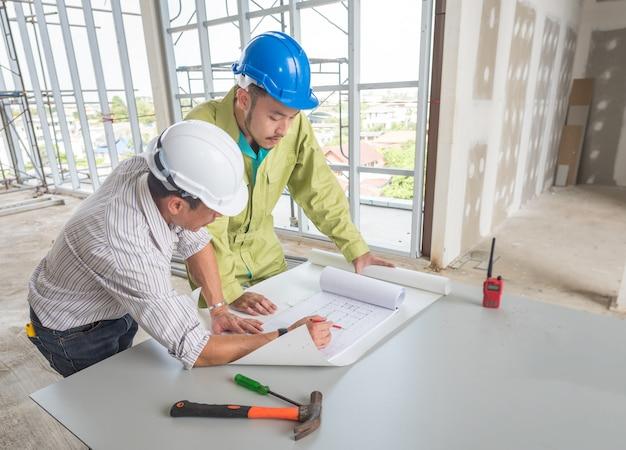 建築プロジェクト図面の技術者会議の画像。職場でパートナーおよびエンジニアリングツールと連携する
