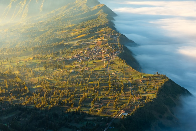 日の出の時間壁にあるブロモ火山の隣の村、インドネシアの東ジャワ、ブロモテンガーセメル国立公園のブロモ山にあるセモロラワンの村。