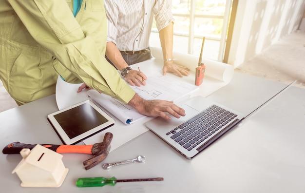建築プロジェクトのための技術者会議。職場でパートナーおよびエンジニアリングツールと連携する